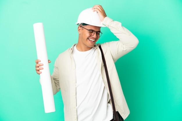 Молодой архитектор, держащий чертежи на изолированном фоне, кое-что понял и намеревается найти решение