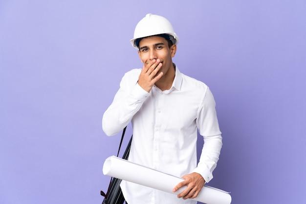 젊은 건축가 남자 배경에 행복 하 고 손으로 입 취재 미소에 고립