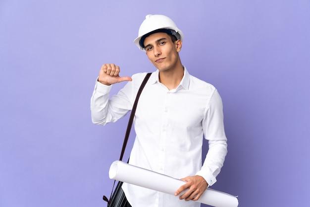 Молодой архитектор человек изолирован на фоне гордый и самодовольный