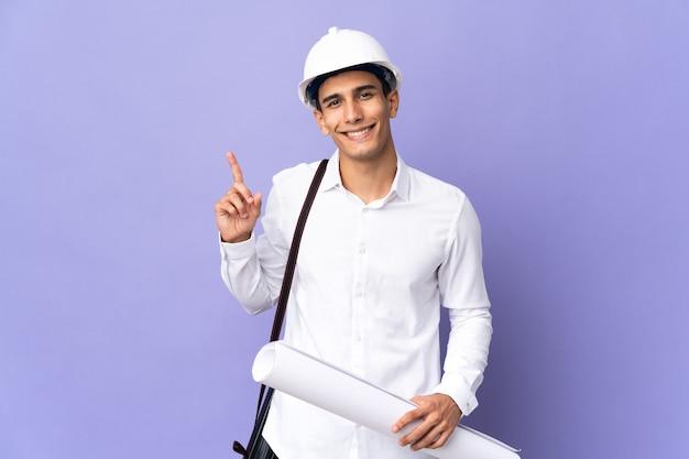 젊은 건축가 남자는 최고의 기호에 손가락을 보여주는 배경에 고립