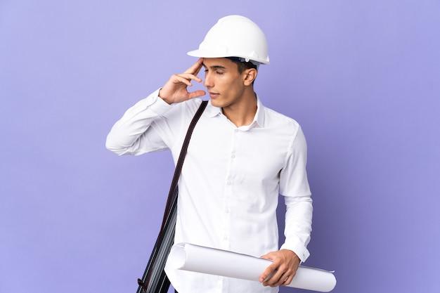Молодой архитектор человек изолирован на фоне с головной болью Premium Фотографии