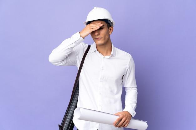 젊은 건축가 남자 손으로 눈을 덮고 벽에 고립. 뭔가보고 싶지 않아