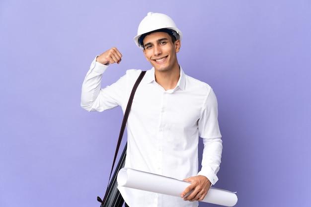 강한 제스처를 하 고 벽에 고립 된 젊은 건축가 남자