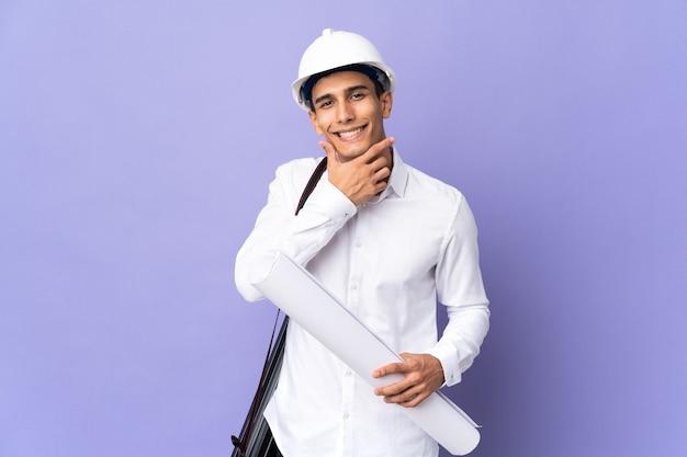 행복 하 고 웃 고 벽에 고립 된 젊은 건축가 남자