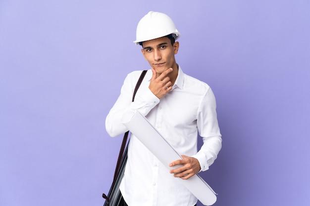 벽 생각에 고립 된 젊은 건축가 남자