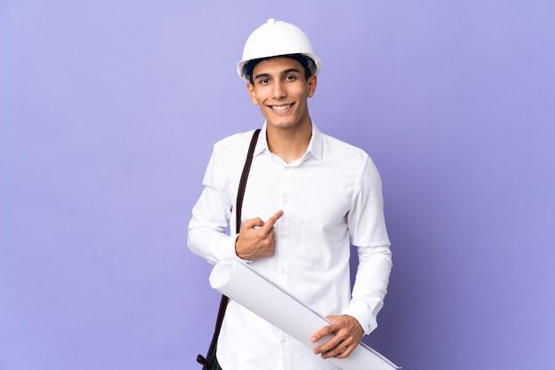 놀라운 표정으로 벽에 고립 된 젊은 건축가 남자