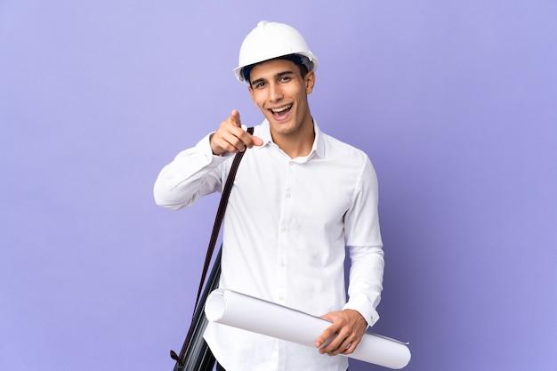 젊은 건축가 남자 절연 놀라게 하 고 앞을 가리키는