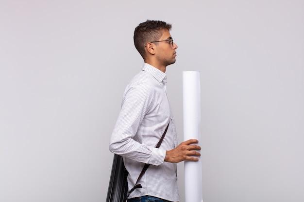 프로필보기에 젊은 건축가 남자는 앞서 공간을 복사하려고 생각하고, 상상하거나 공상