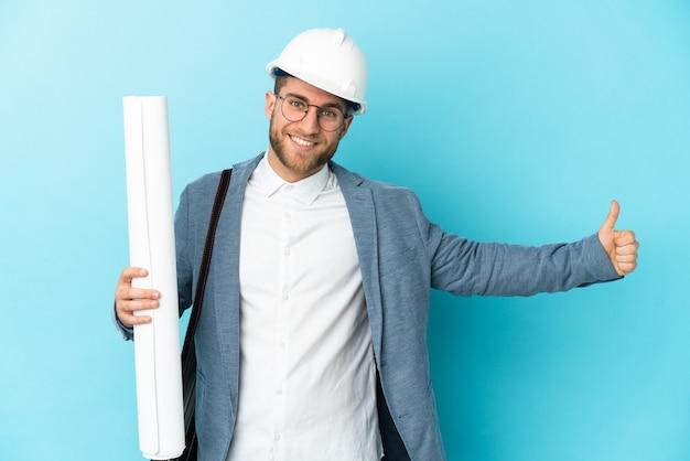 헬멧 및 격리 청사진을 들고 젊은 건축가 남자