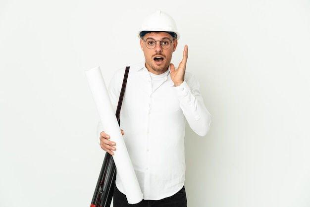 Молодой архитектор человек в шлеме и держит изолированные чертежи