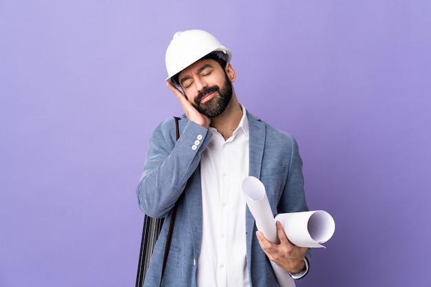 ヘルメットを持つ若い建築家の男