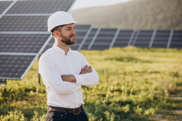태양 전지 패널 옆에 서 있는 젊은 건축가