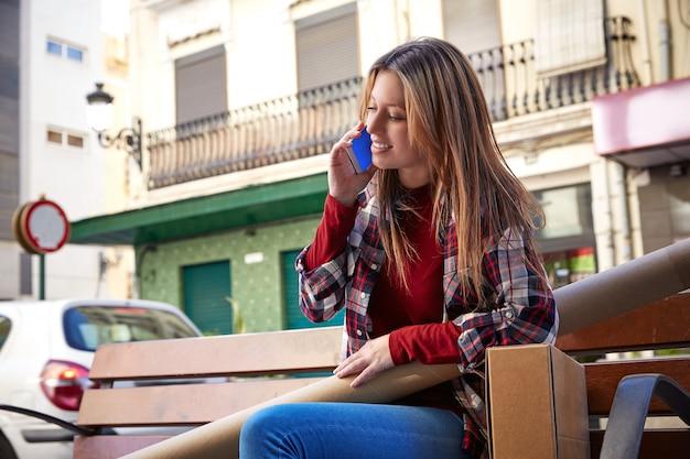 Молодой архитектор разговаривает по мобильному телефону