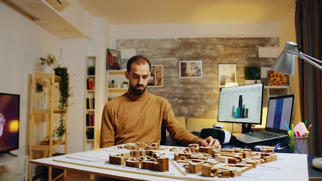 Молодой архитектор использует голограммы дополненной реальности для своих моделей зданий.