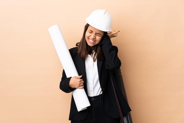 젊은 건축가 여자 좌절 격리 된 배경 위에 청사진을 들고 귀를 덮고