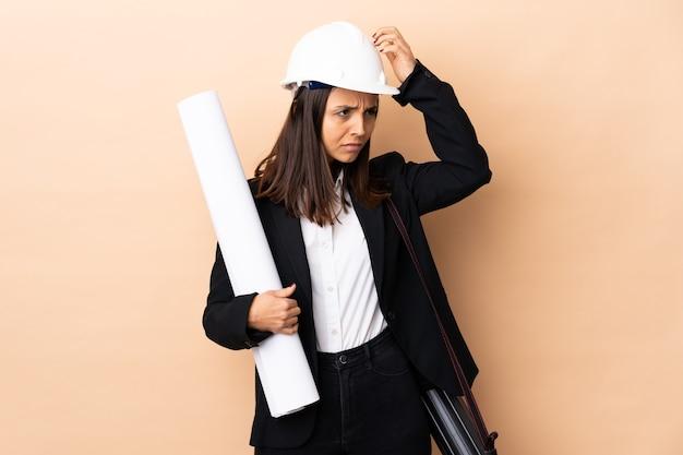 Молодой архитектор женщина, держащая чертежи