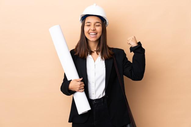 청사진을 들고 젊은 건축가 여자