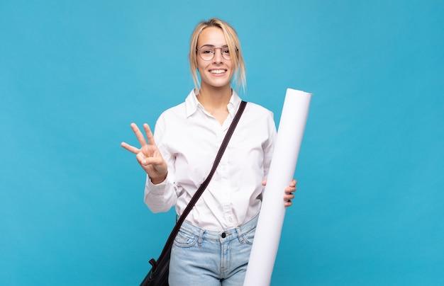 젊은 건축가 여자 웃 고 친절 하 게 찾고, 앞으로 손으로 세 번째 또는 세 번째를 보여주는 카운트 다운