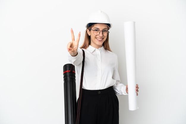 ヘルメットと青写真を分離して保持している若い建築家の女性