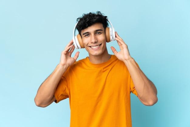 音楽を聴いて背景に孤立した若いアルゼンチン人