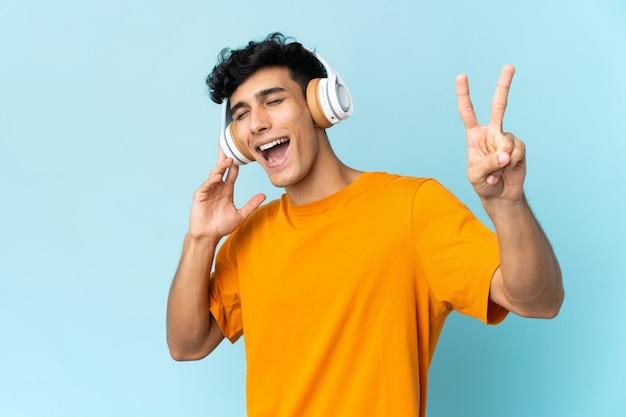 音楽を聴いて歌う壁に孤立した若いアルゼンチン人