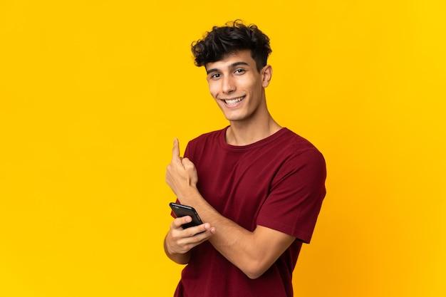 휴대 전화를 사용 하여 다시 가리키는 격리 젊은 아르헨티나 남자
