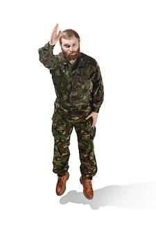 Молодой солдат в камуфляжной форме, изолированные на белом фоне