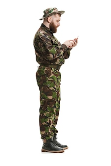 白で隔離迷彩服を着ている若い陸軍兵士