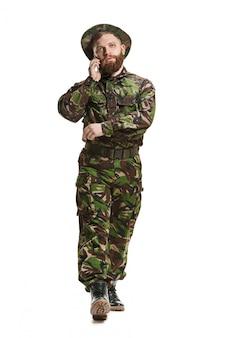 위장 제복을 입고 젊은 육군 군인 흰색으로 격리
