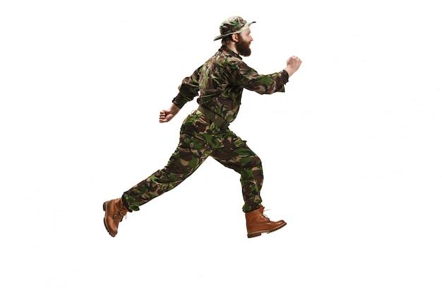 迷彩服を着た若い陸軍兵士