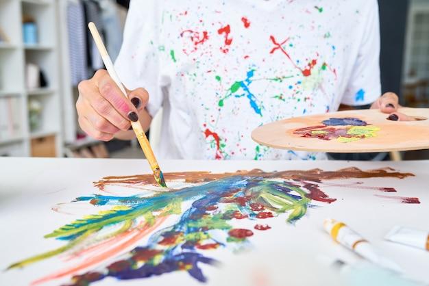 仕事で若いアーティスト