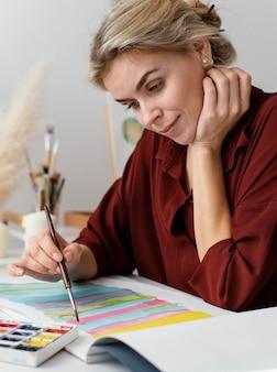 Молодой художник рисует акварелью
