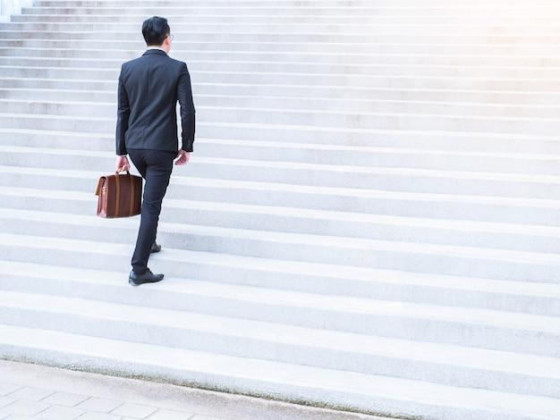 若い、アジア、ビジネスマン、階段、階段、ラッシュアワー、働くこと
