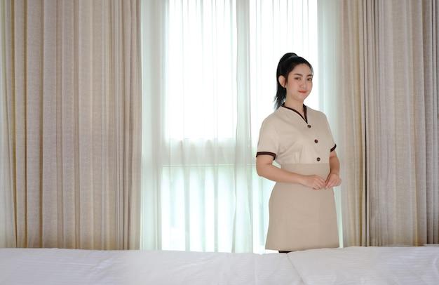 Молодая азиатская горничная в гостиничном номере, ее чушь перед камерой