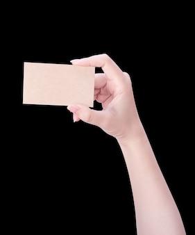 빈 크래프트 갈색 명함을 들고 젊은 아시아 깨끗한 여자 손