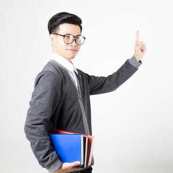 学習の付属品を持つ若いアジアの大学院生。白い背景で撮影スタジオ。教育のコンセプト