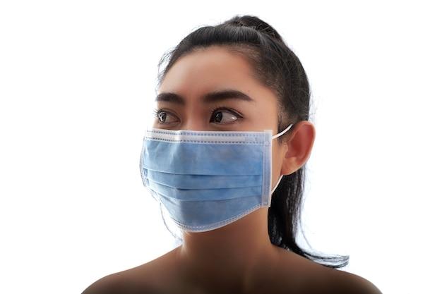 의료용 마스크를 쓴 젊은 아시아 여성