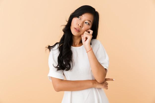 若いアジアの美しい魅力的な女性のポーズは、屋内で隔離されます。