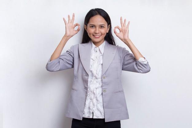확인 기호 제스처와 젊은 아시아 아름 다운 비즈니스 여자는 흰색 배경에 고립 tumb