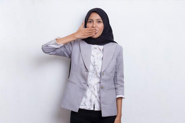 젊은 아시아 아름다운 이슬람 여성은 실수 비밀 개념에 대해 손으로 입을 가리고 충격을 받았습니다.
