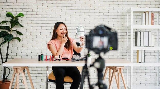 젊은 아시아 미인 기록 립스틱 메이크업 튜토리얼 온라인 소셜 미디어에 공유