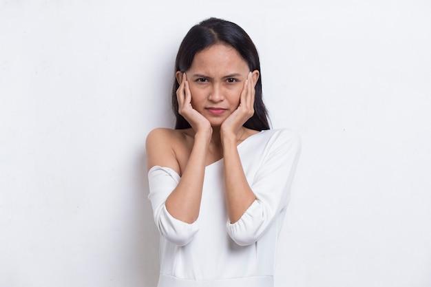 젊은 아시아 아름다운 여성은 실수 비밀 개념에 대해 손으로 입을 가리고 충격을 받았습니다.