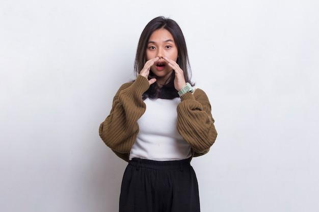 흰색 배경에 고립 된 고함을 지르고 고함을 지르는 젊은 아시아 아름다운 여성
