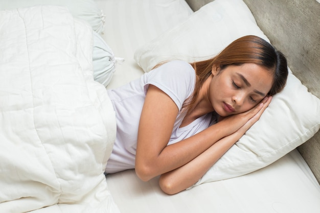 침실에서 자는 젊은 아시아 아름다운 여성