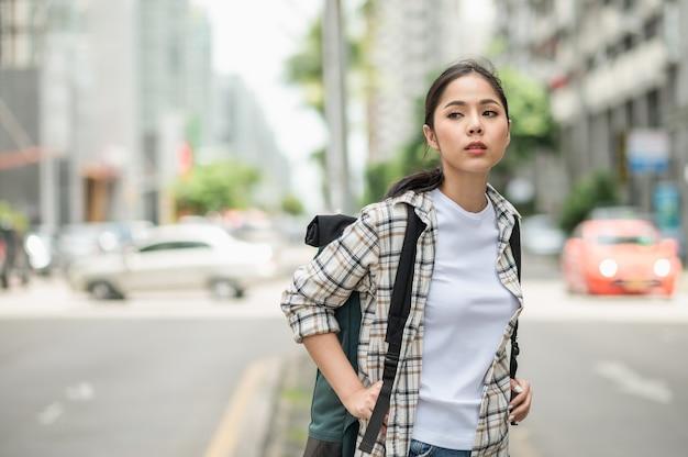 バックパックと若いアジアの美しい女性
