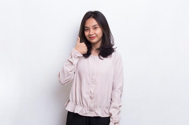 Okサインジェスチャーで若いアジアの美しい女性は白い背景で隔離を転がします