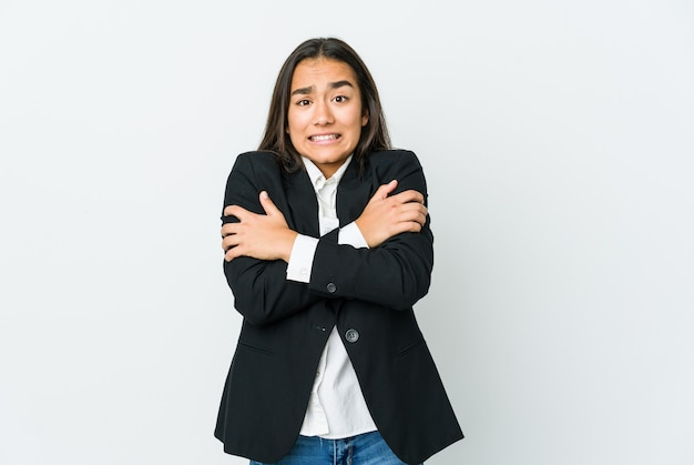 Молодая азиатская бизнес-леди замерзает из-за низкой температуры или болезни.