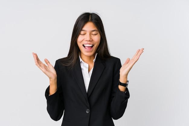 많이 웃 고 즐거운 젊은 아시아 비즈니스 우먼