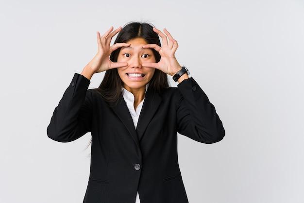 눈을 유지하는 젊은 아시아 비즈니스 여자 성공 기회를 찾기 위해 열립니다.