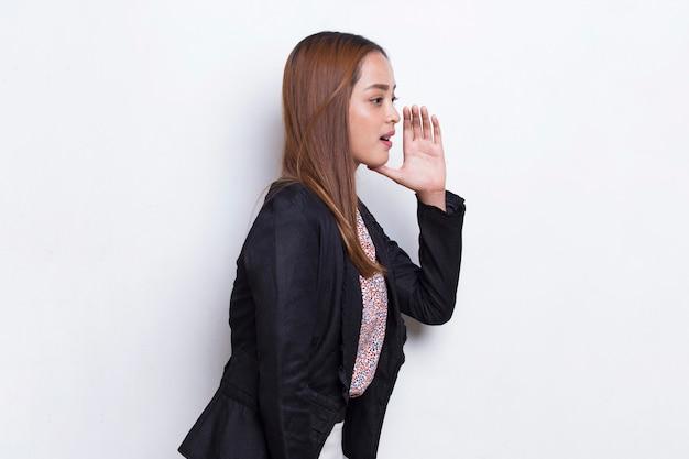 若いアジアのビジネス女性の叫び声と叫び声が白い背景に孤立して発表